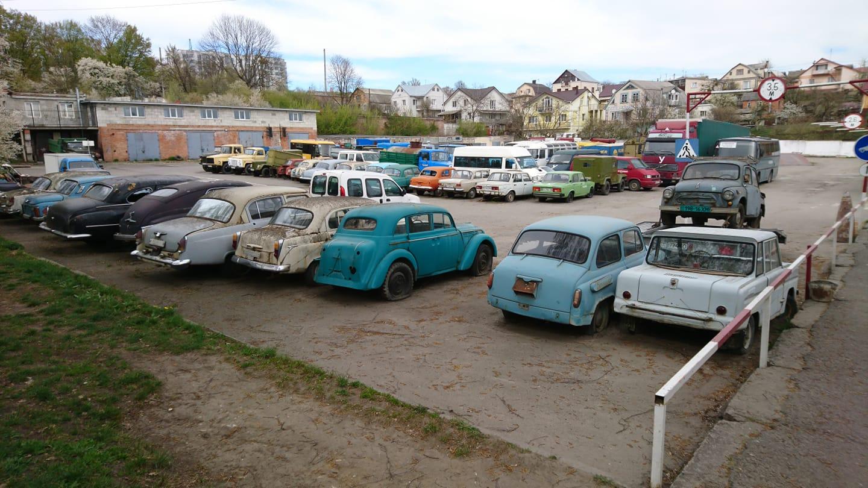 В Украине обнаружили стоянку с заброшенными ретро-авто