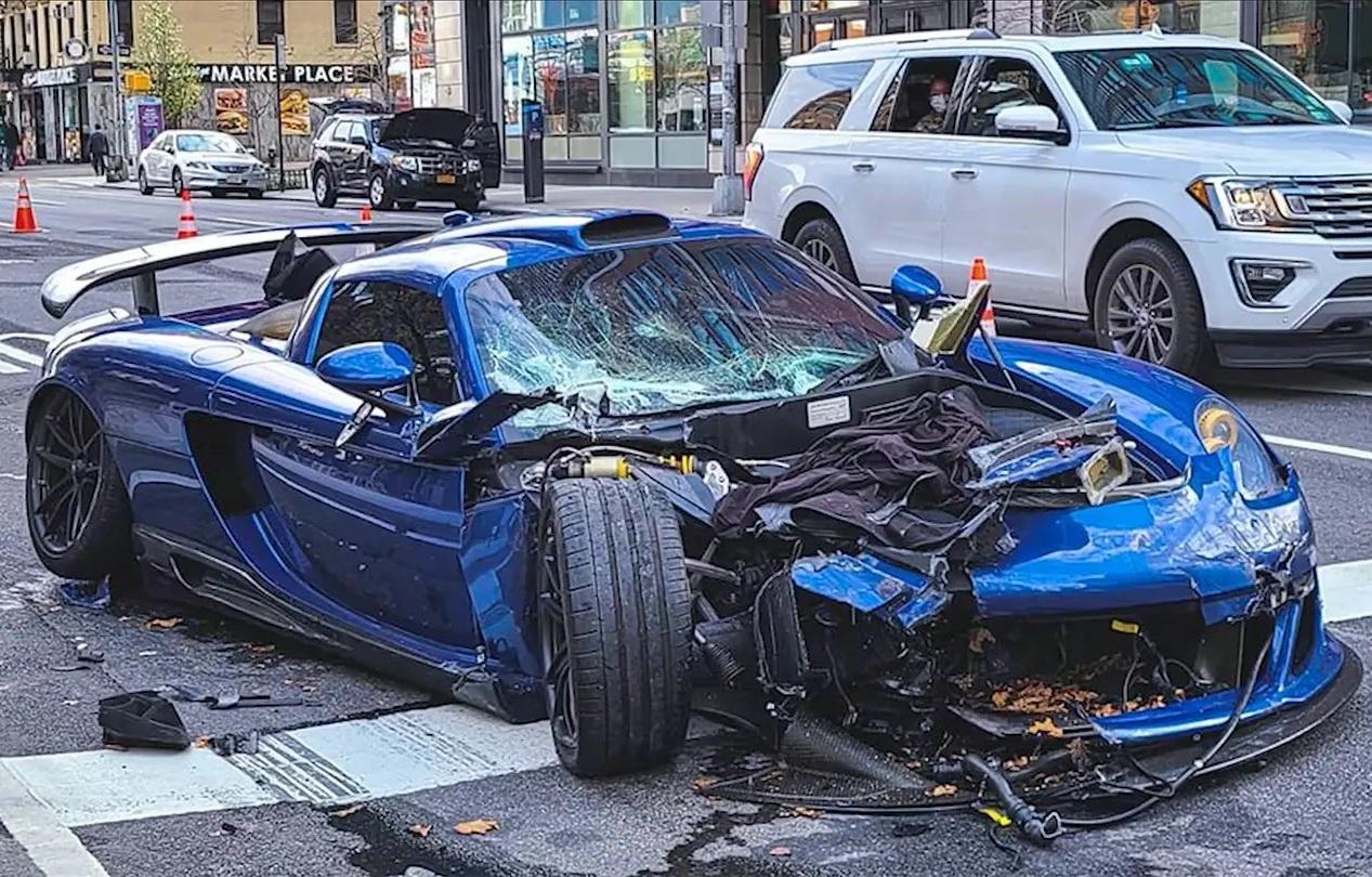 Редчайший суперкар Porsche разбили в эффектном ДТП (видео)