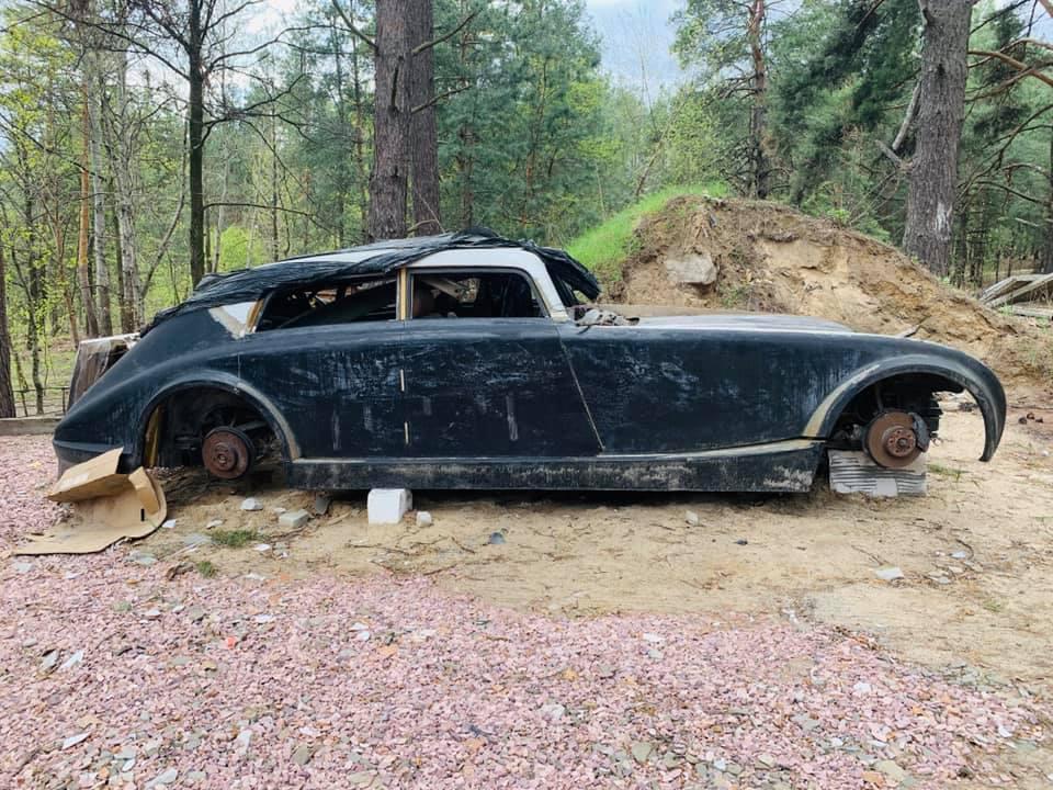 В лесу под Киевом нашли брошенный ретро-авто Maybach Zeppelin (фото)