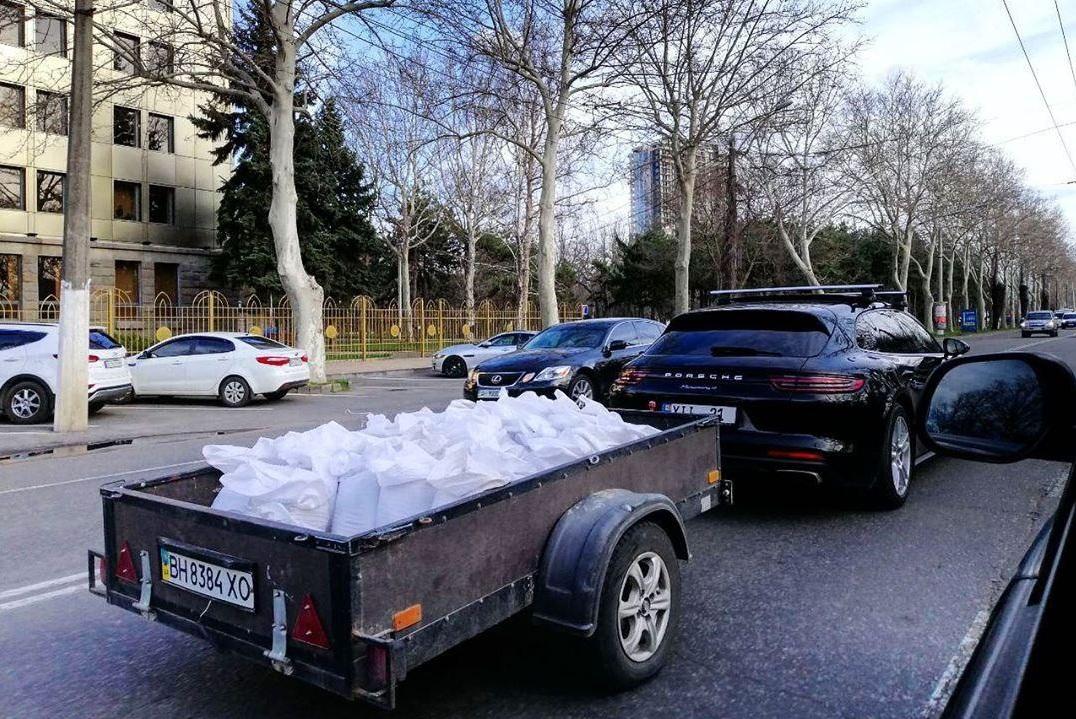 Новость одной картинкой: как ездят элитные молдавские строители