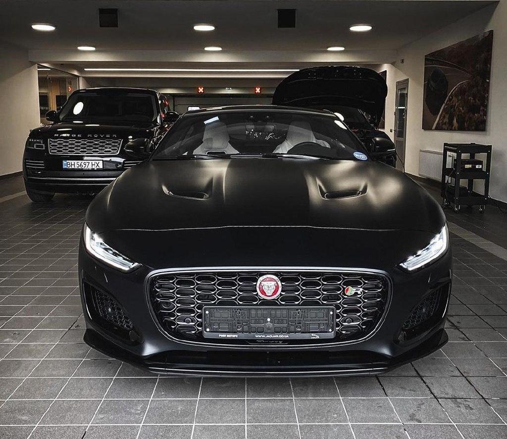 В Украину привезли новейший спорткар Jaguar в очень необычном цвете