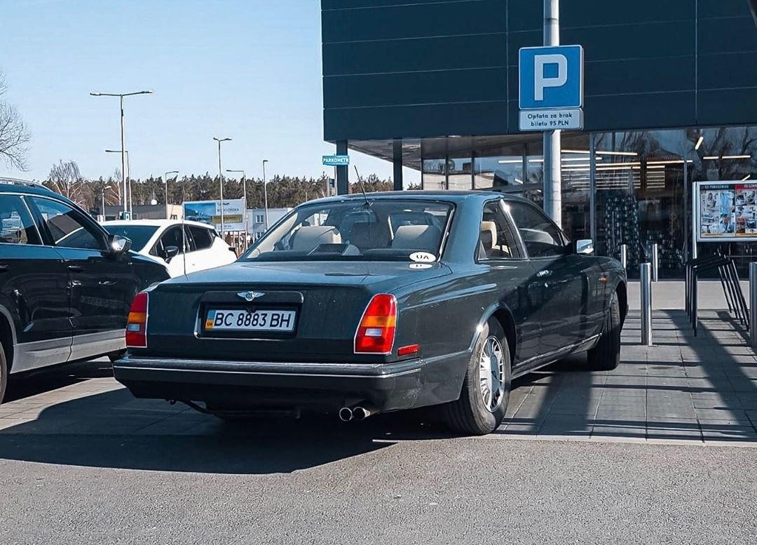 Эксклюзивный Bentley из Украины засняли на парковке польского АТБ