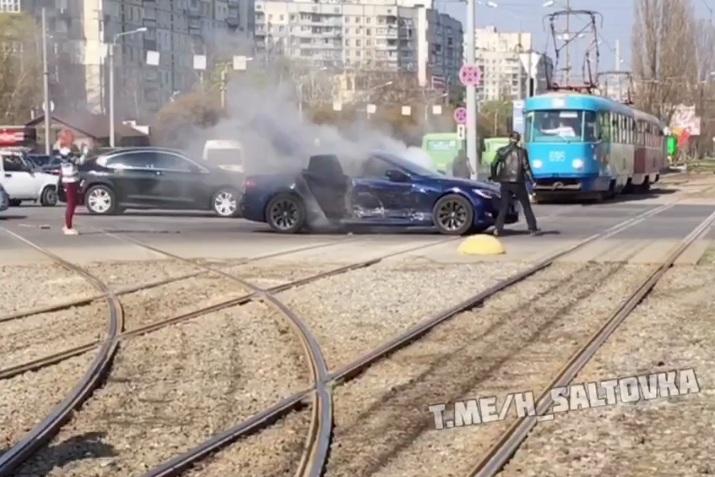 Электромобиль Tesla загорелся после серьезного ДТП в Харькове (видео)