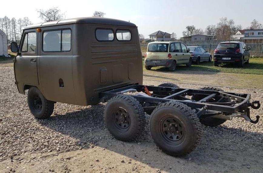 Старый УАЗ Буханку превратили в оригинальный шестиколесный автодом