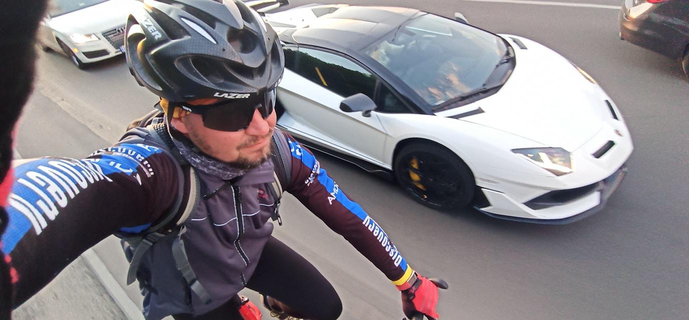 Велосипед против суперкара Lamborghini – необычная гонка в Киеве - Обзор