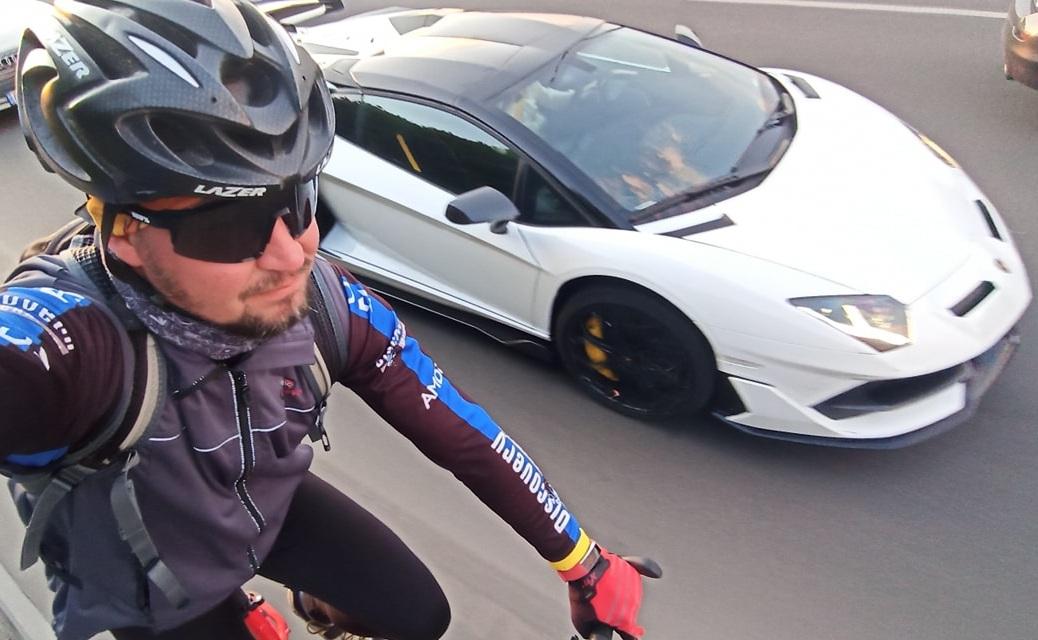 Велосипед против суперкара Lamborghini – необычная гонка в Киеве