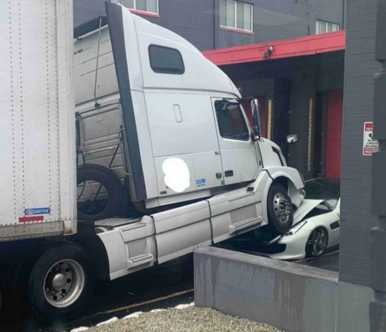 Разъяренный водитель фуры протаранил Ferrari шефа