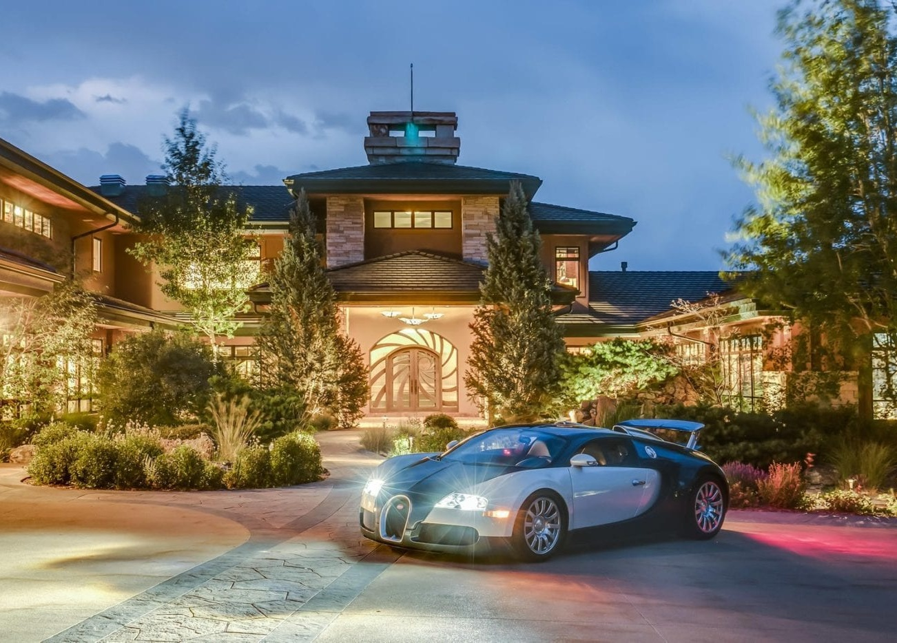 На продажу выставлен элитный особняк с гаражом на сотню авто