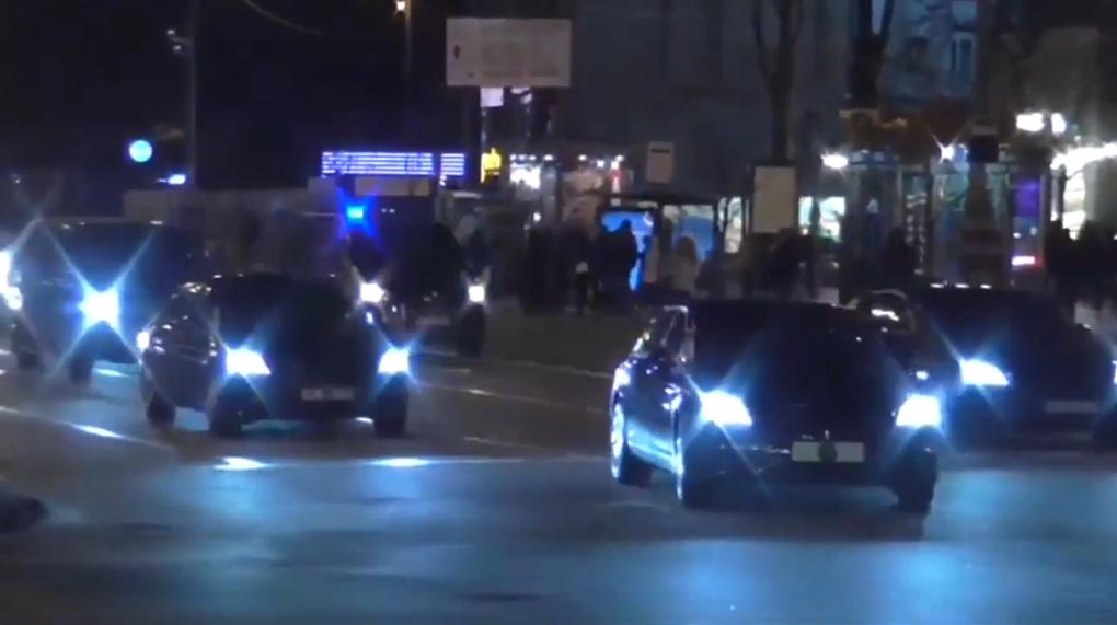 В Киеве засняли впечатляющий кортеж Зеленского из 40 авто (видео)