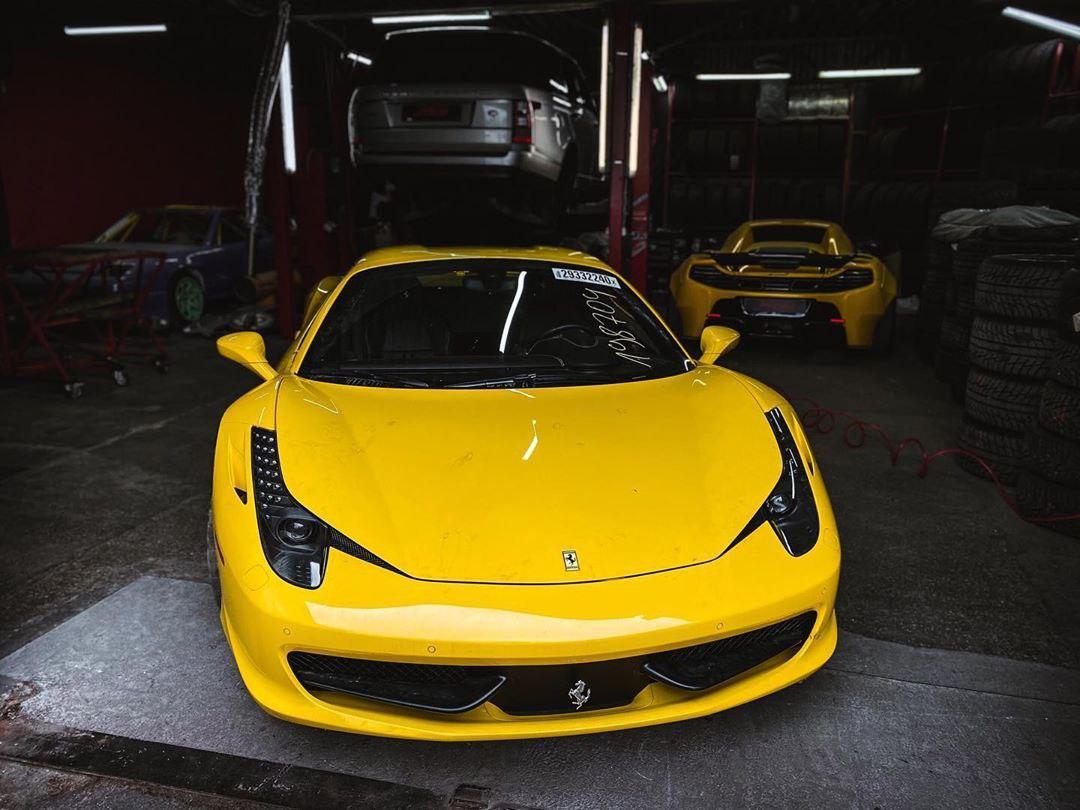 В Украину привезли суперкар Ferrari с необычной историей