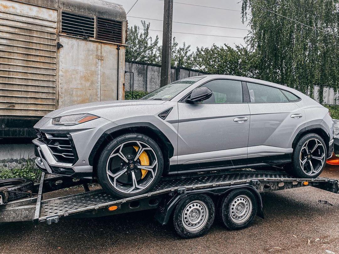 Украинцы пригнали из США битый кроссовер Lamborghini
