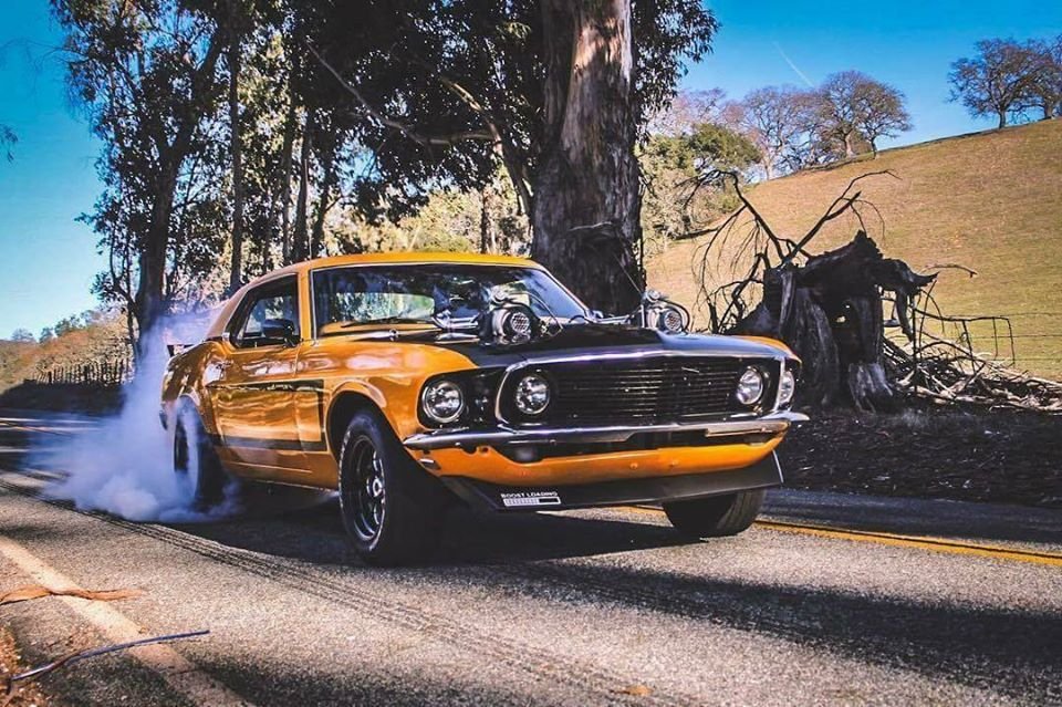 Старый Ford Mustang превратили в яркий хот-род с характеристиками Bugatti