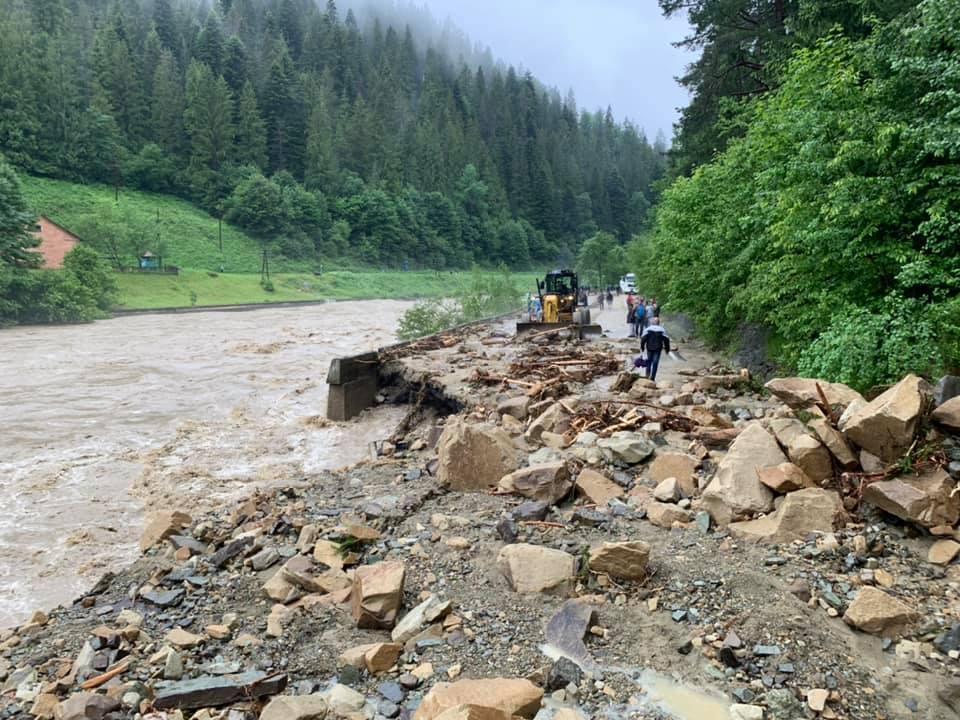 Потоп в Карпатах и обрушение моста запечатлели на видео