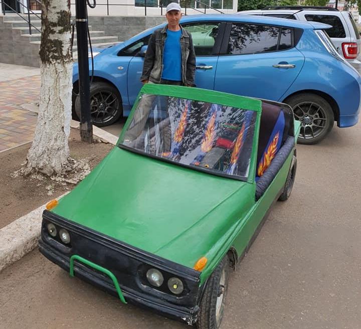 Украинский пенсионер построил оригинальный электрокар без руля (видео)
