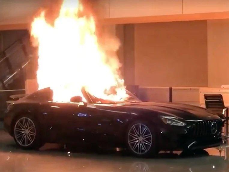 Протесты в США: мародеры громят автосалоны и угоняют элитные машины