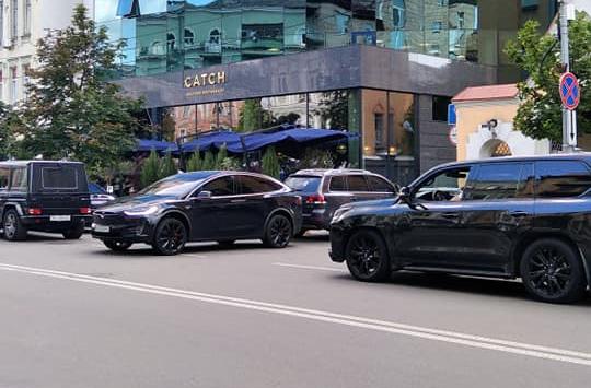 В Киеве заметили героя парковки на Тесле