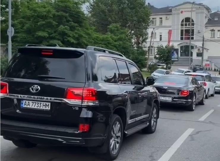 В Киеве заметили крутой кортеж авто с красивыми номерами (видео)