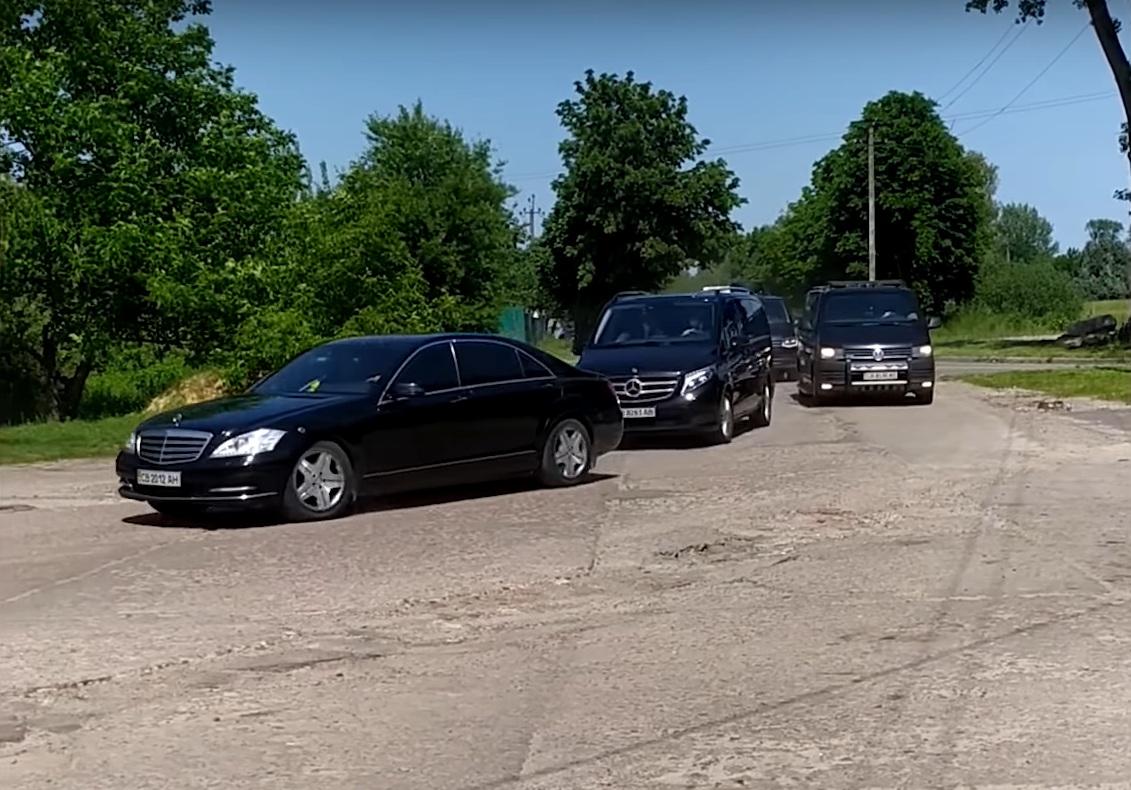 В Украине засняли впечатляющий кортеж Зеленского из 15 авто (видео)