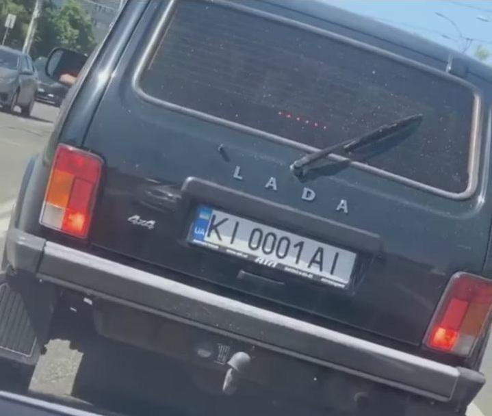 По Киеву ездит Нива на очень крутых номерах