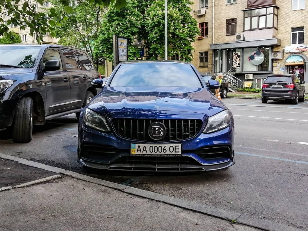 В Украине заметили сверхмощный седан Mercedes Brabus