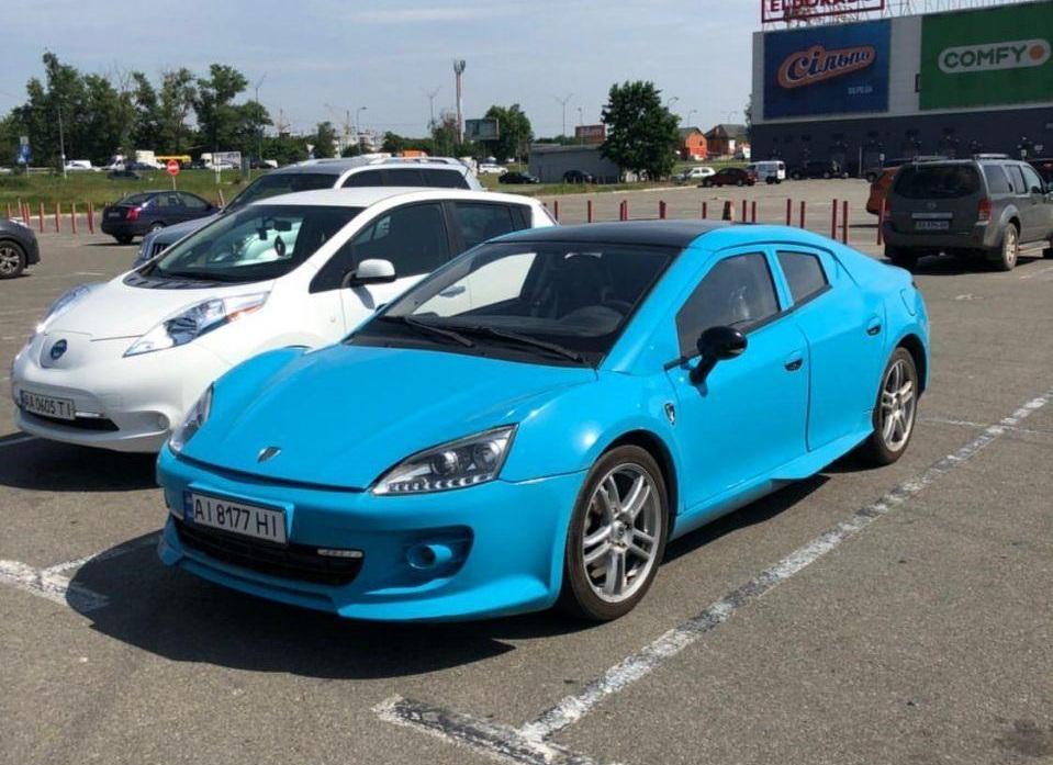 В Киеве заметили очень редкий и недорогой французский спорткар