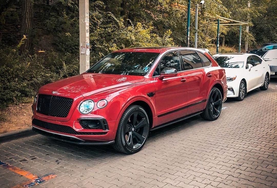 В Украине заметили эксклюзивный внедорожник Bentley