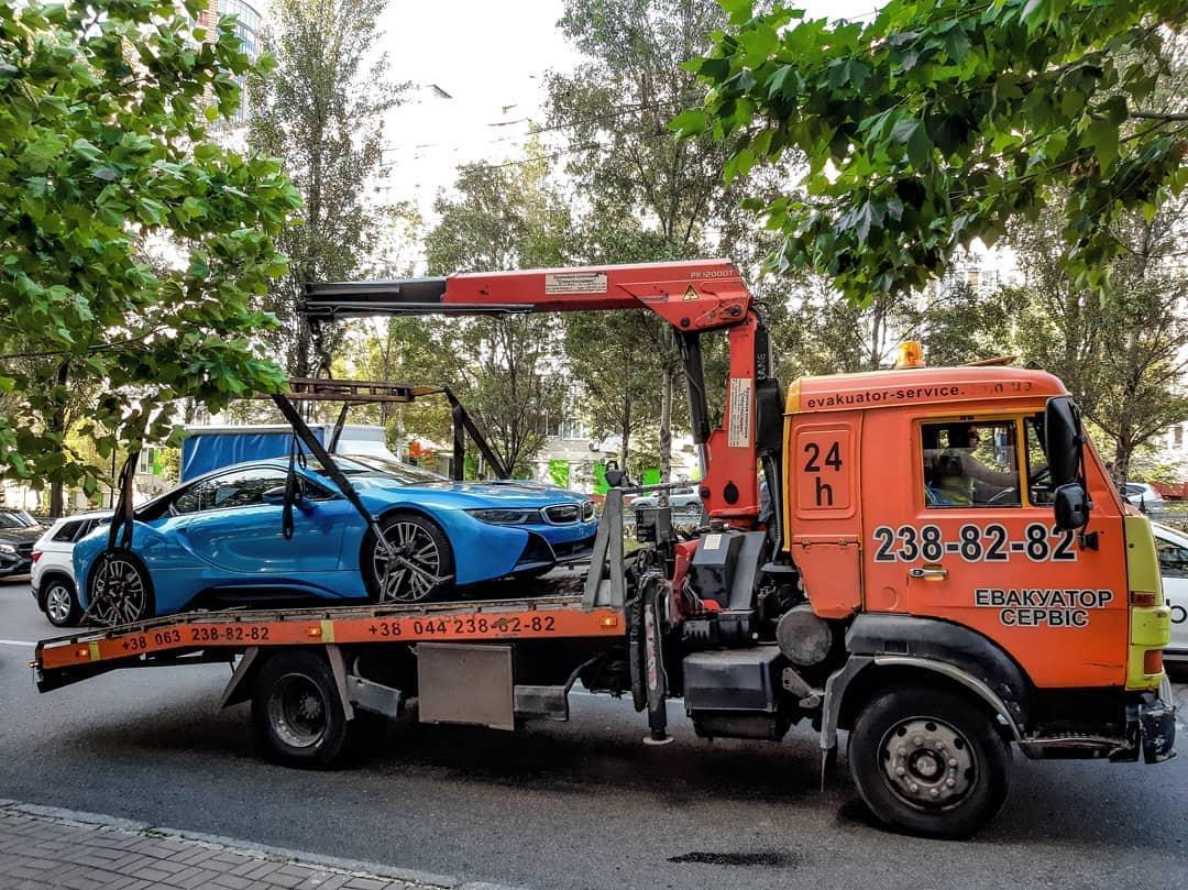 В Киеве активно эвакуируют дорогие элитные авто