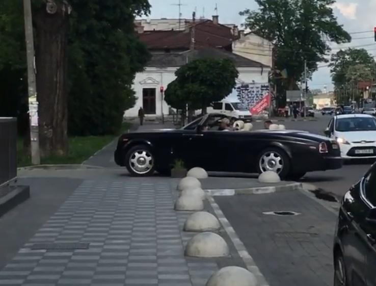 В украинском райцентре засняли редкий Rolls-Royce