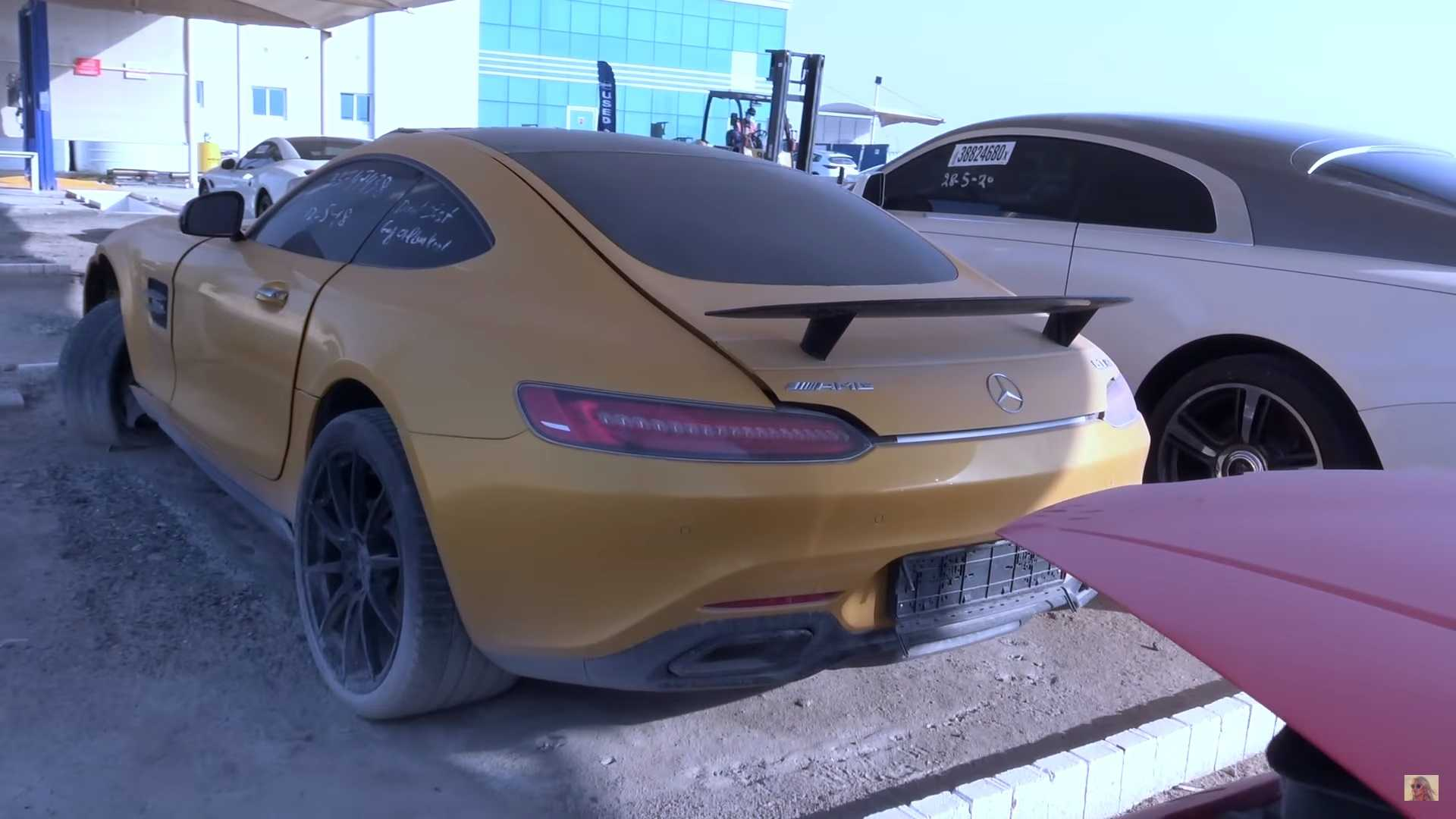 Какие суперкары можно встретить на автосвалке в Дубае (видео)