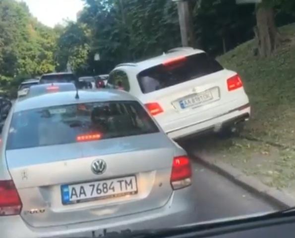 В Киеве засняли злостного нарушителя на роскошном внедорожнике Bentley