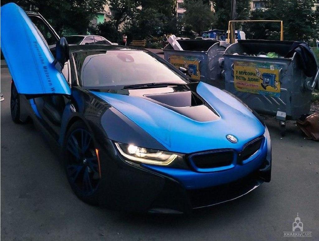 Новость одной картинкой: BMW за 3 миллиона среди хлама и мусорных баков