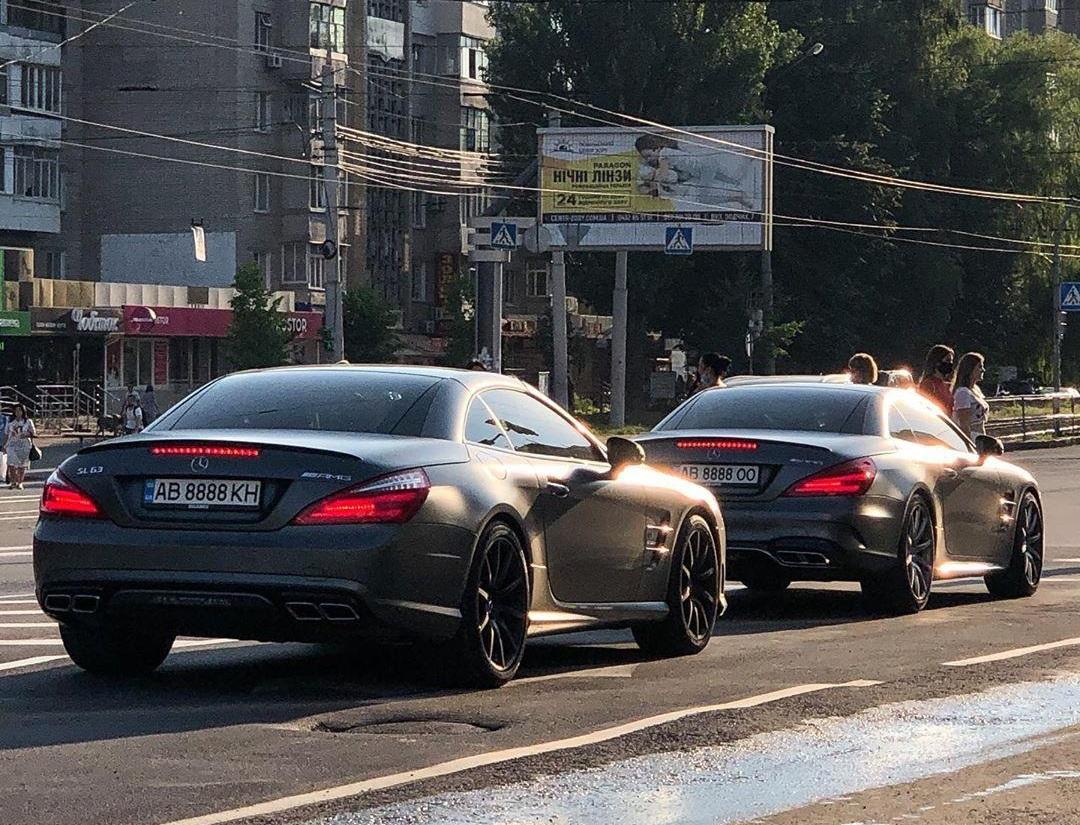 В Украине заметили крутой кортеж на одинаковых кабриолетах