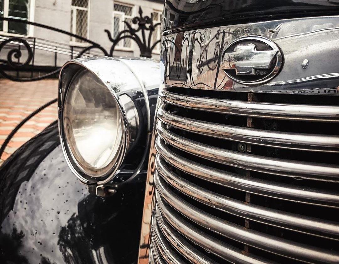 В Украине заметили очень яркий довоенный авто