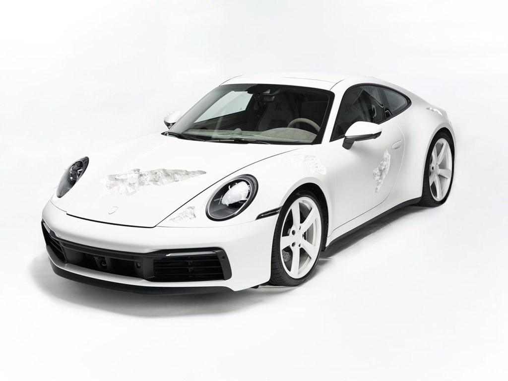 Новый Porsche 911 нарочно повредили ради искусства