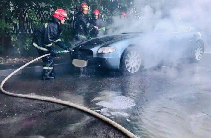 В Украине посреди дороги загорелся роскошный Maserati (видео)