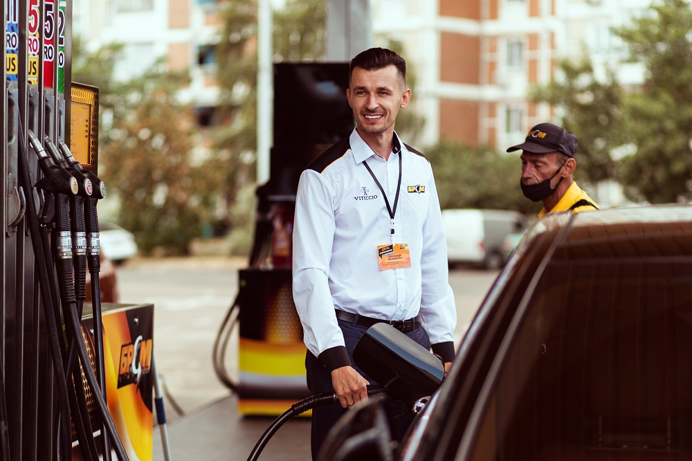На АЗК «БРСМ-НАФТА» топ-менеджмент заправляв авто і спілкувався з клієнтами