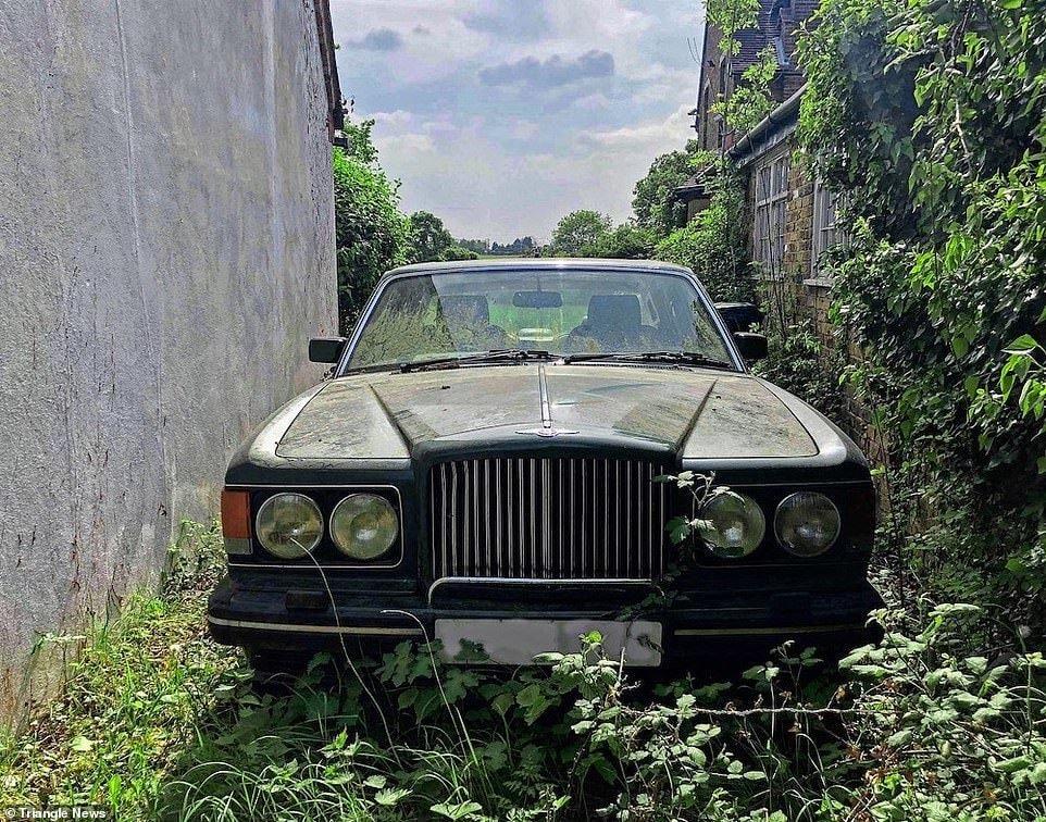 Фотограф обнаружил особняк с заброшенным Bentley и другими авто