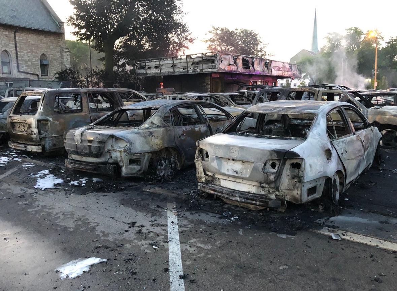 Протестующие сожгли сто машин в автосалоне