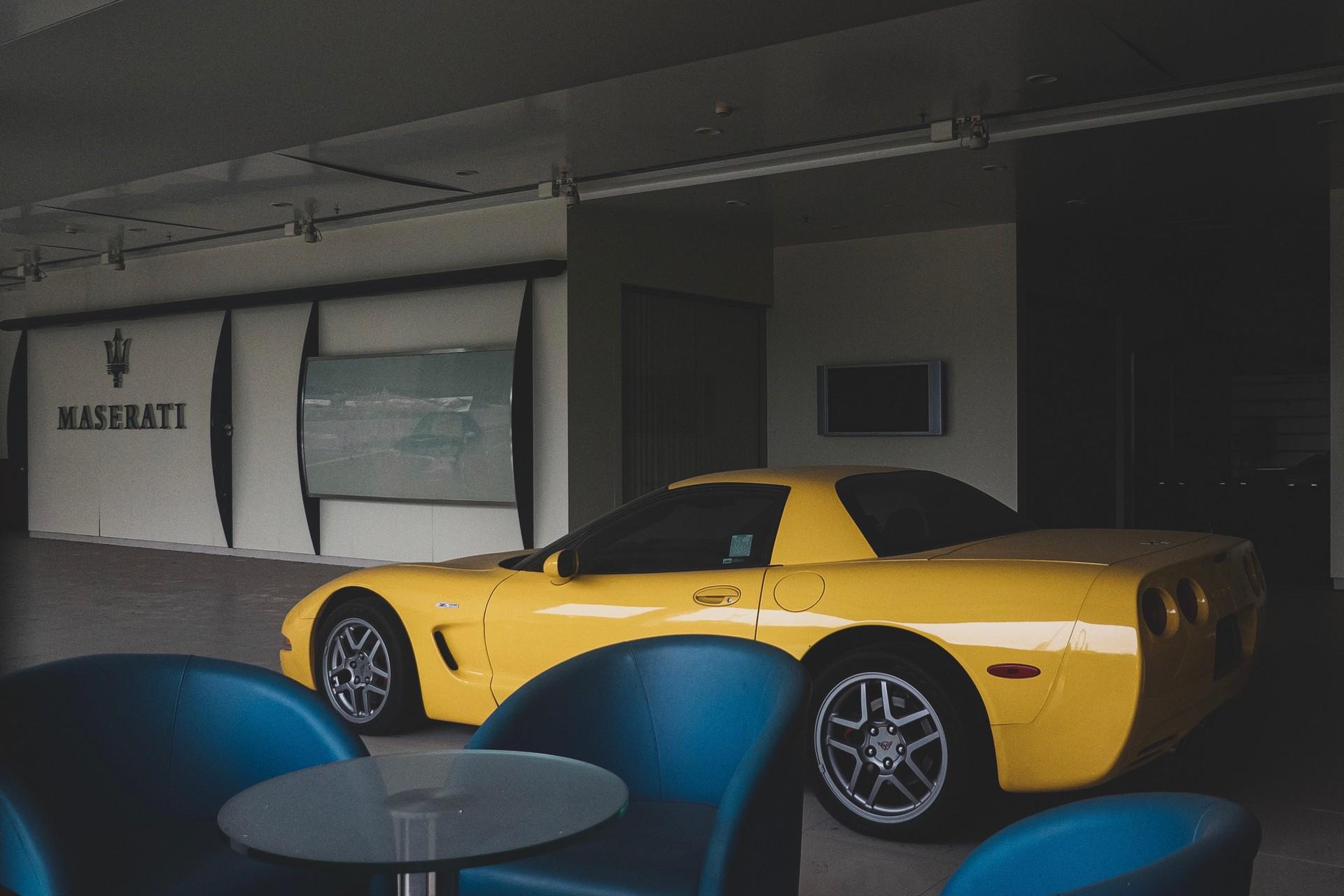 Редчайшие суперкары обнаружили в заброшенном автосалоне