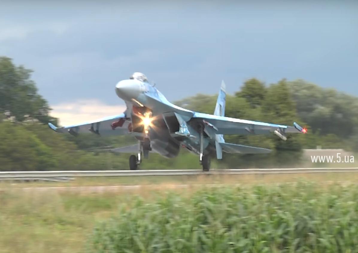 Истребитель устроил ДТП на трассе Киев-Чоп (видео)