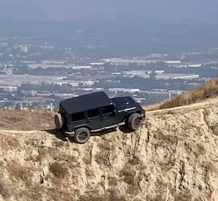 Jeep Wrangler выехал на вершину горы и застрял там