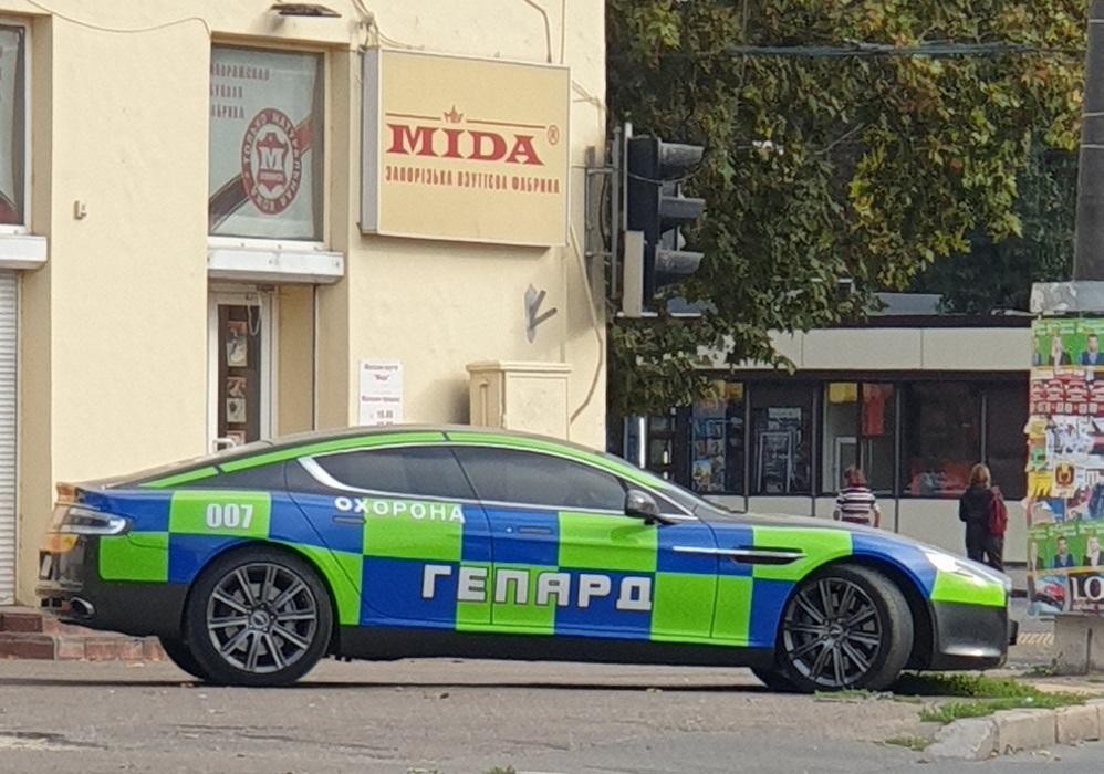 В Украине заметили службу охраны на Aston Martin агента 007 (фото)