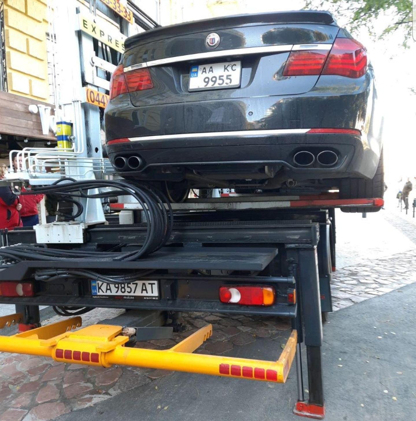 Авто депутата эвакуировали в Киеве за неправильную парковку