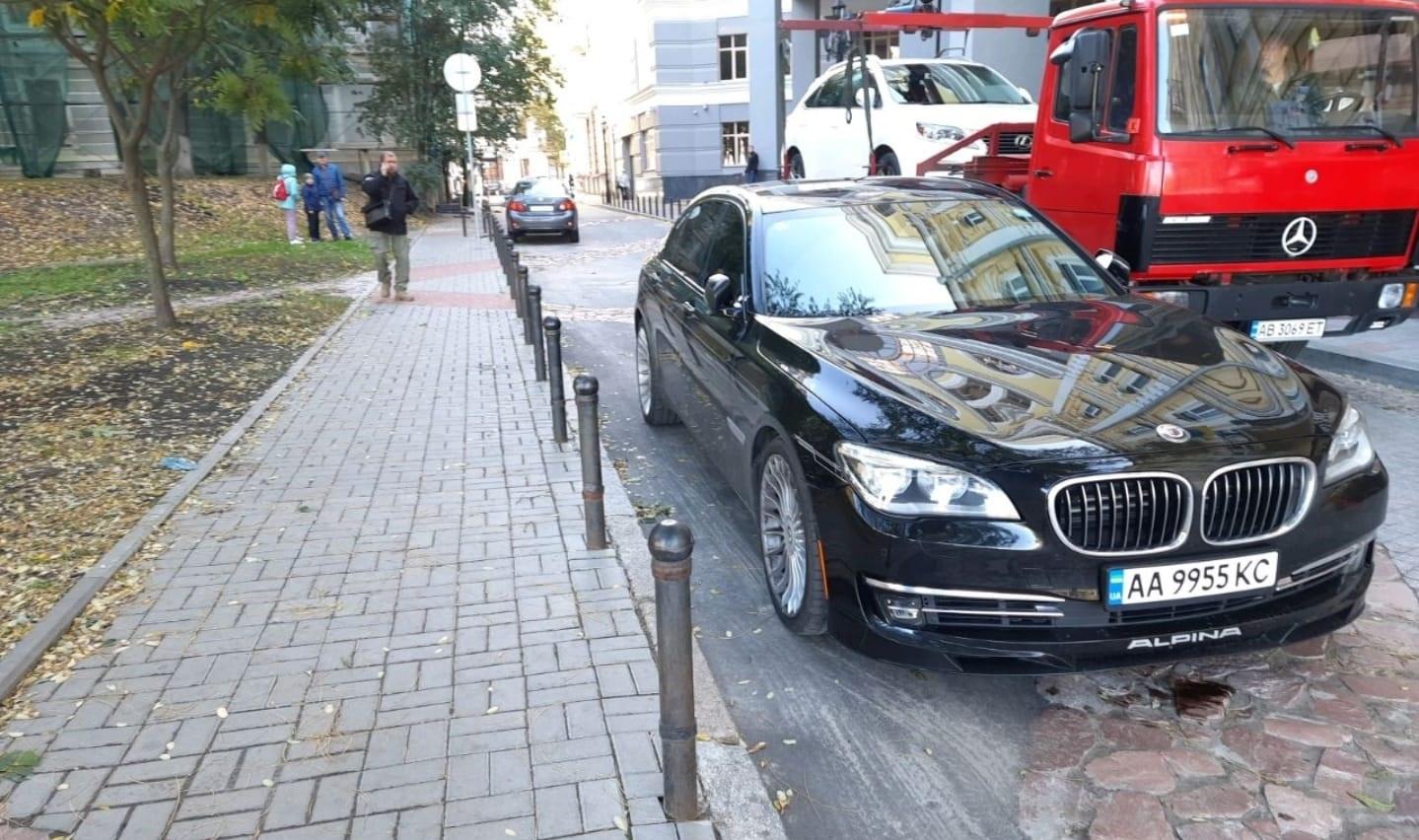 Авто депутата эвакуировали за неправильную парковку