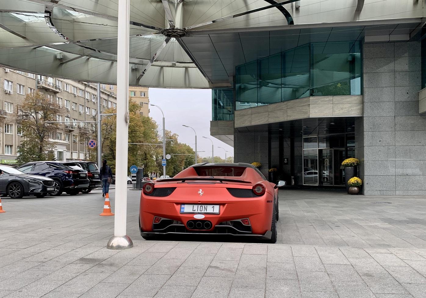 В Украине заметили крутой тюнингованный суперкар Ferrari