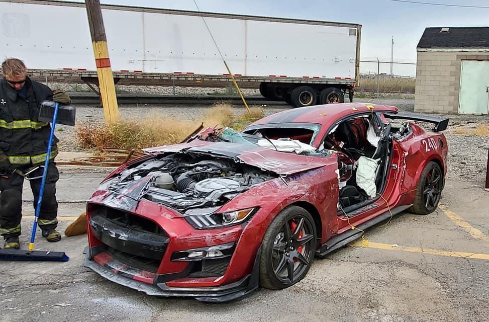 Новый заряженный Ford Mustang специально уничтожили в считанные минуты