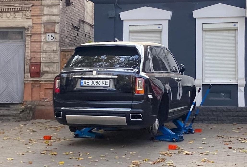 Rolls-Royce Cullinan на шиномонтаже для простых смертных