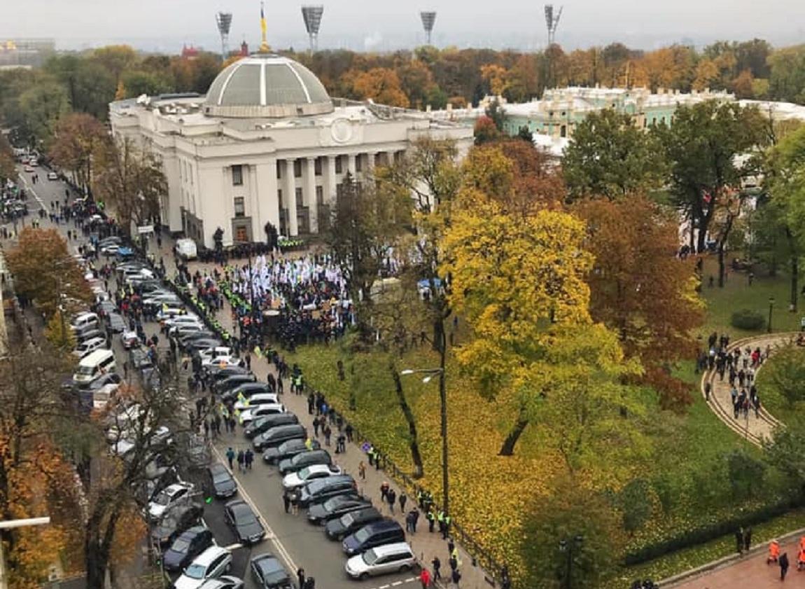 Центр Киева бессрочно заблокирован владельцами авто на еврономерах