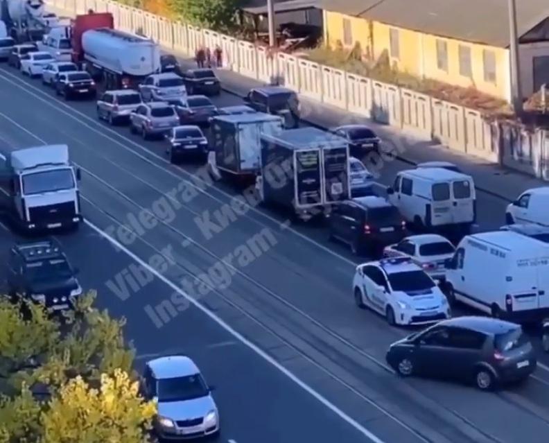 Полиция Киева оригинально проучила нарушителей (видео)