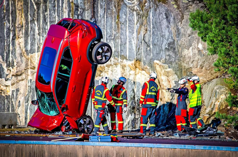 Новенькие Volvo нарочно сбросили с огромной высоты (видео)